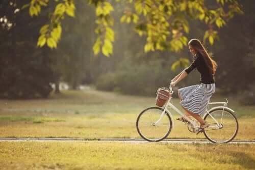 سيدة تركب دراجة