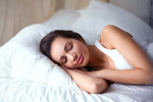 سيدة تنام بهدوء