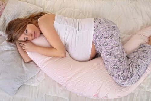 سيدة حامل تنام