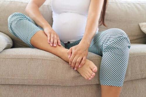 سيدة حامل جالسة