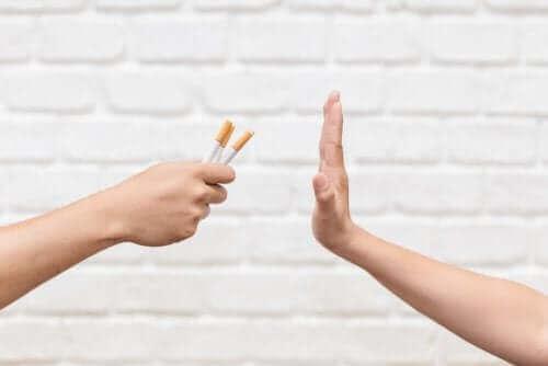 شخص يرفض السجائر