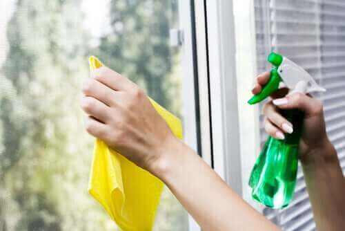 شخص ينظف الزجاج