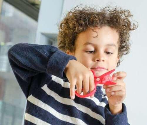 صبي يقوم بعمل الفنون والحرف اليدوية