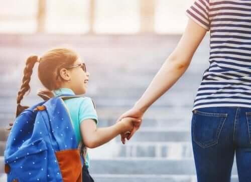 مساعدة الطفل على التكيف عند التحاقه بمدرسة جديدة