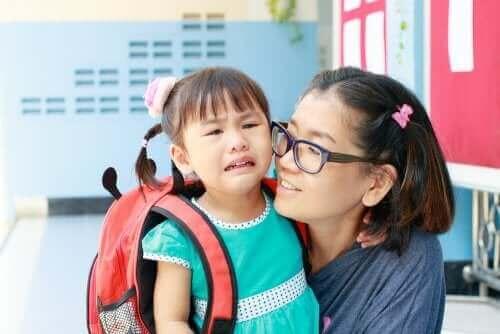 طفلة في مدرسة جديدة مع نوبة من البكاء قبل مغادرة والدتها