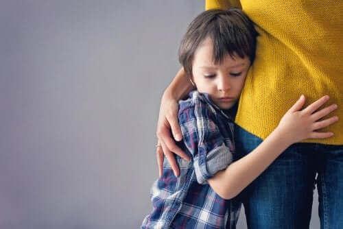 طفل خائف يحتضن والدته