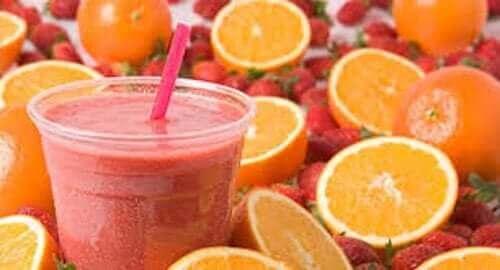 كوب من العصير وكمية من البرتقال