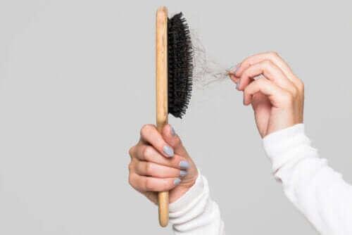 فرشاة الشعر – نصائح تساعدك على تنظيفها بفعالية