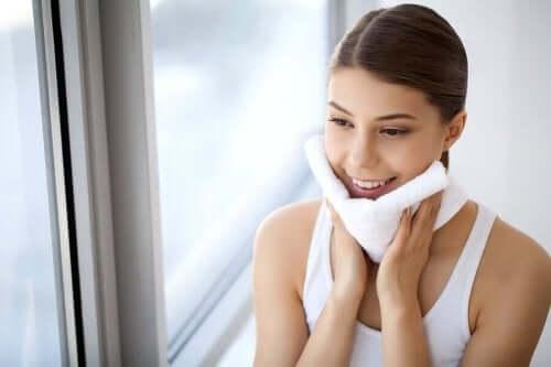 10 أسباب تدفعك إلى إزالة مساحيق التجميل كل ليلة