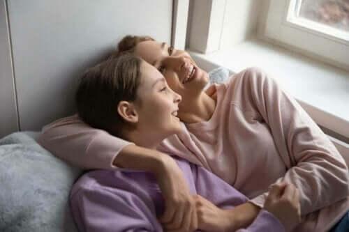 أم مع طفلها المراهق