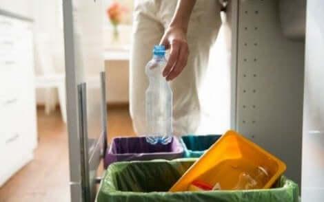 إعادة تدوير مادة البلاستيك