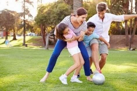 اللعب مع الأطفال الصغار