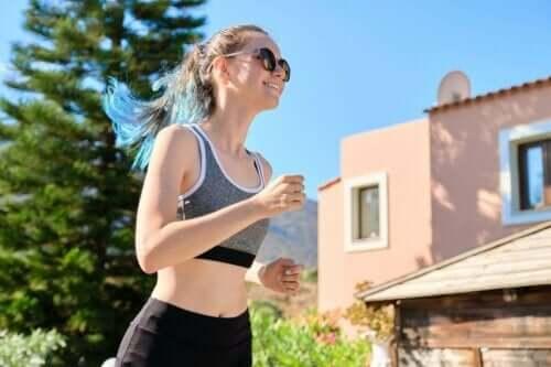 امرأة تجري - العادات الصحية في المراهقين