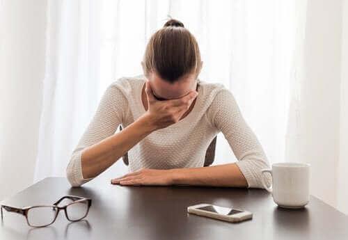 امرأة تعاني من القلق