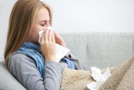 امرأة مصابة بالإنفلونزا