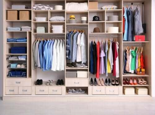 دولاب الملابس المنسق وسهولة الوصول إلى كل قطعة بداخله