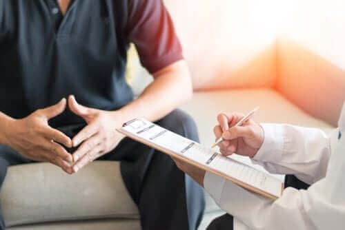 رجل يتحدث إلى طبيب نفسي