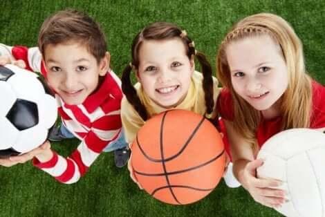 الأطفال يمارسون الرياضة