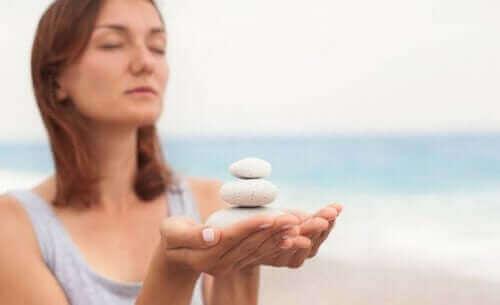 سيدة تحمل صخور بيضاء