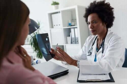 طبيبة تتحدث لمريضة