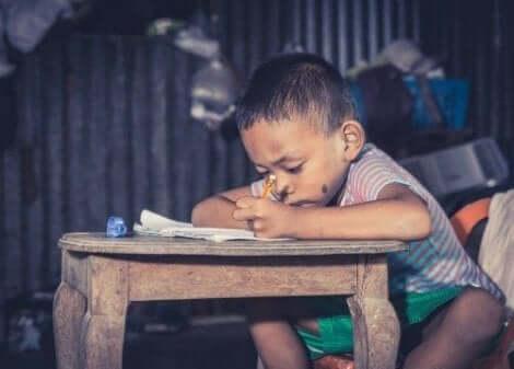 طفل يدرس