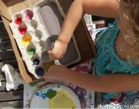 طفل يرسم ويلون