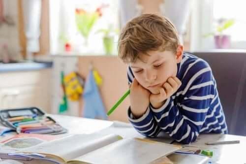 أشغال يدوية لتنظيم مساحة الدراسة الخاصة بالأطفال