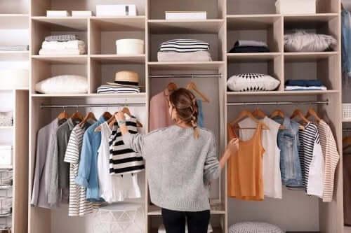 دولاب الملابس المنسق – نصائح لمنع ملابسك من التكدس في  خزانة الملابس