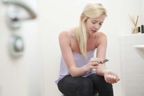 إيذاء النفس - عوامل ظهور الحالة بين المراهقين وكيفية التعامل معها