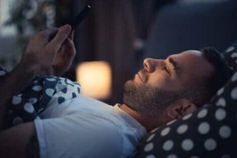 استخدام الأجهزة الإلكترونية وتحسين الروتين الليلي