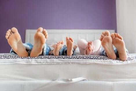 العائلة تشارك السرير