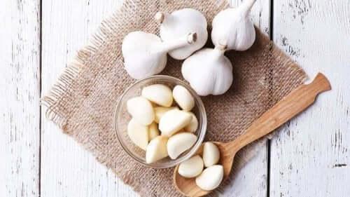 كيفية تقليل مستويات الكوليسترول المرتفعة بالثوم