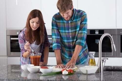 زوجان يطبخان بيتزا نابوليتان