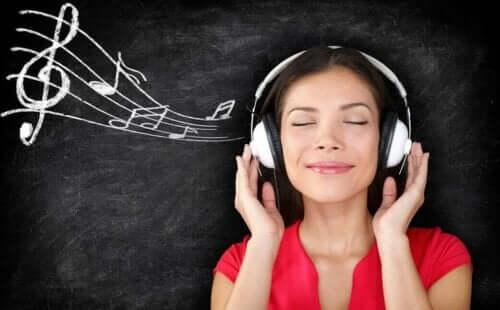 سيدة تستمع إلى الموسيقى