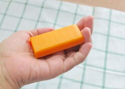 شخص يمسك قطعة صابون البابايا