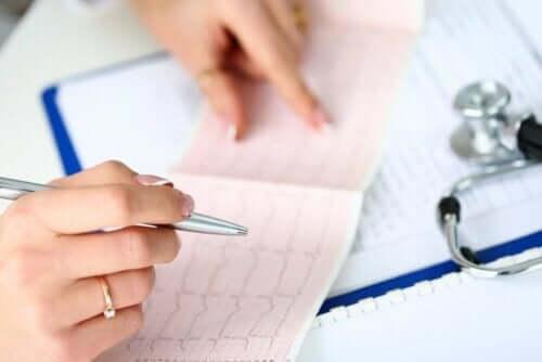 طبيب يقرأ تخطيط لكهربية القلب