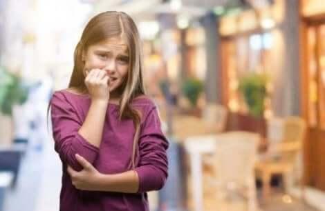 طفلة تقضم أظافرها