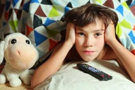 طفل يشاهد التلفاز