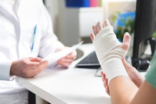 سيدة تعاني من كسر بالمعصم كأحد أنواع إصابات الأنسجة الرخوة