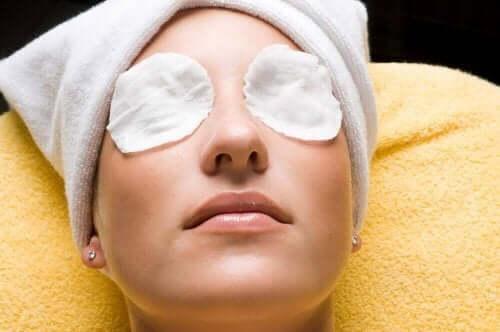 كمادات باردة لعلاج ألم العين