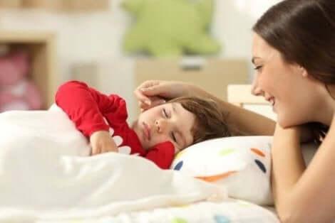 نوم الأطفال مع أمهاتهم