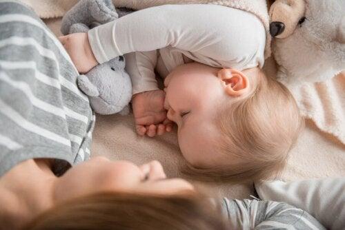 هل من الجيد أن ينام الأطفال مع أمهاتهم؟