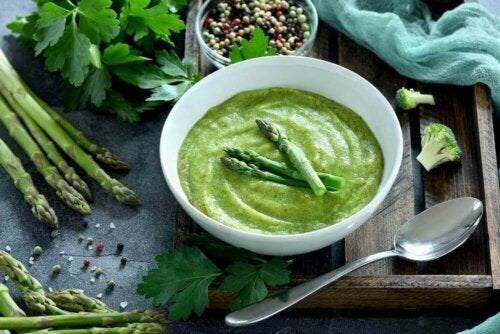 حساء كريمة الهليون الأخضر