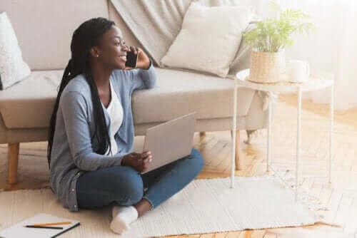 الجلوس على الأرض - اكتشف معنا إيجابيات وسلبيات هذه الممارسة