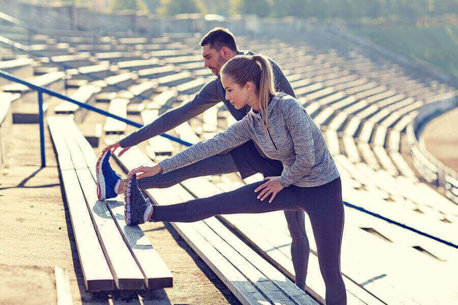 زوجان يمارسان تمارين الإطالة والتمدد قبل ممارسة رياضة الجري