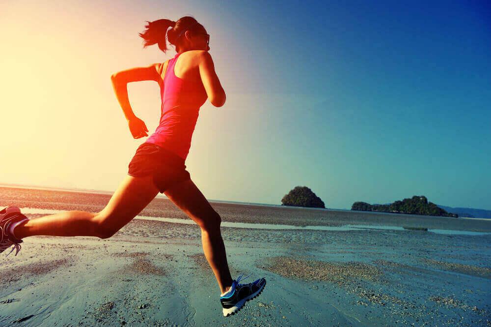 سيدة تمارس رياضة الجري على الشاطئ