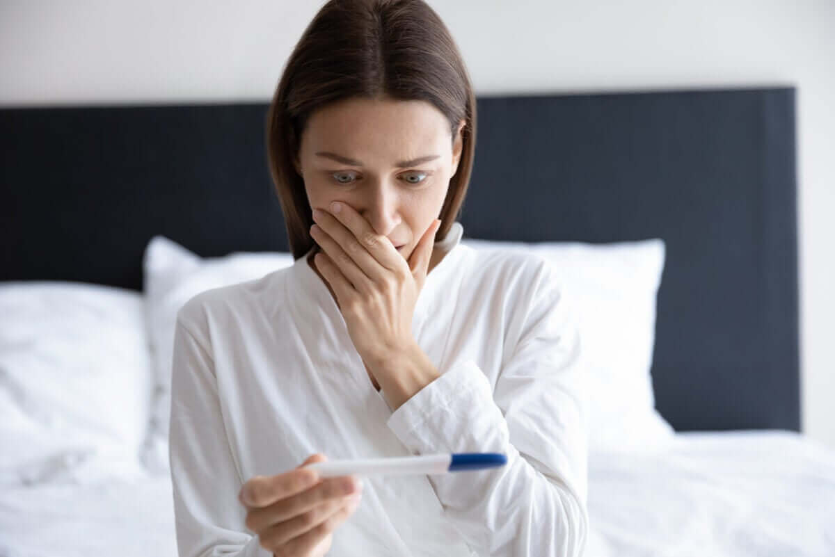 سيدة تنتظر نتيجة أحد اختبارات الحمل المنزلية