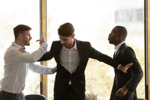 شخص يبعد شخصين غاضبين عن بعضيهما - نوبات الغضب