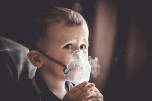 طفل يرتدي قناع