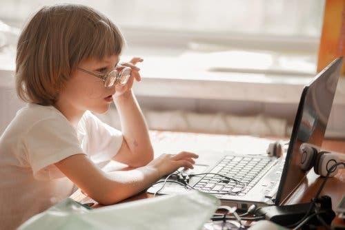 التعامل مع الرهاب الاجتماعي لدى الأطفال مع استخدامهم للانترنت